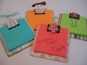 Em: http://dollarstorecrafts.com/2009/09/sticky-note-clipboards/